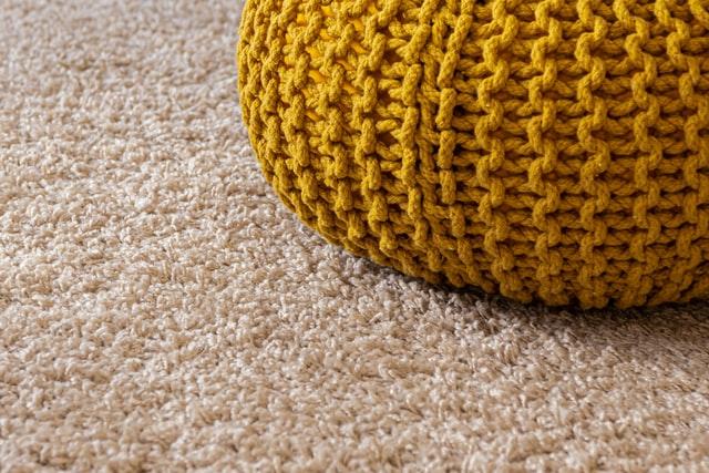 Jaka wykładzina do biura – PCV czy dywanowa?